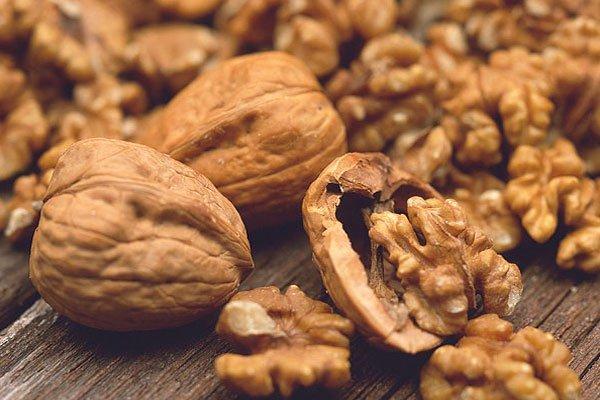 superfoods raw walnuts - چه خوراکی هایی برای خواب راحت مناسب هستند؟